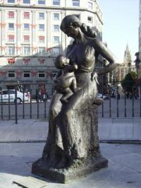 Escultura de Encarna y su chiquín
