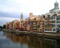 Casas colgantes sobre el río Oñar